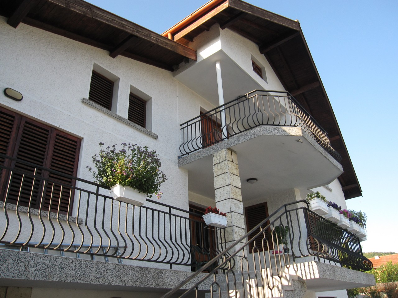 3-storey house with swimming pool 3 km from the resort k